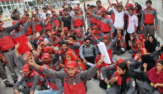 لاہور، میٹرو بس ملازمین کا تنخواہیں نہ ملنے پر احتجاج