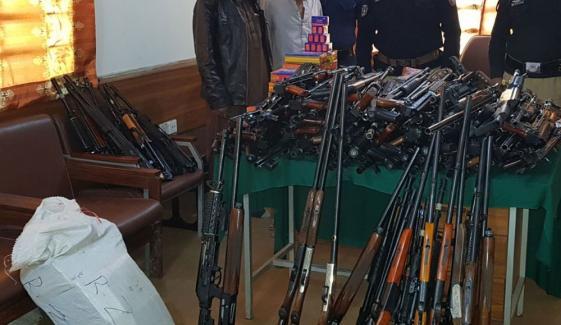 لوئر اورکزئی میں پولیس کارروائی ،بڑی تعداد میں اسلحہ برآمد
