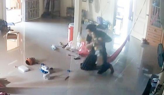 ماں کا بروقت اقدام، بچے کو خطرناک کنکھجورے سے بچا لیا