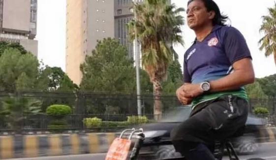پاکستانی سائیکلسٹ کا بغیر ہینڈل اور بریک کے 3.5 ہزار کلومیٹرکا سفر