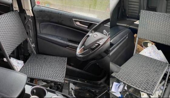 گاڑی میں کرسی رکھ کر ڈرائیونگ کرنے والے شخص پر جرمانہ