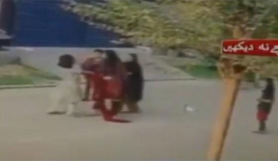 فیصل آباد میں بچی پر سرعام بے رحمانہ تشدد