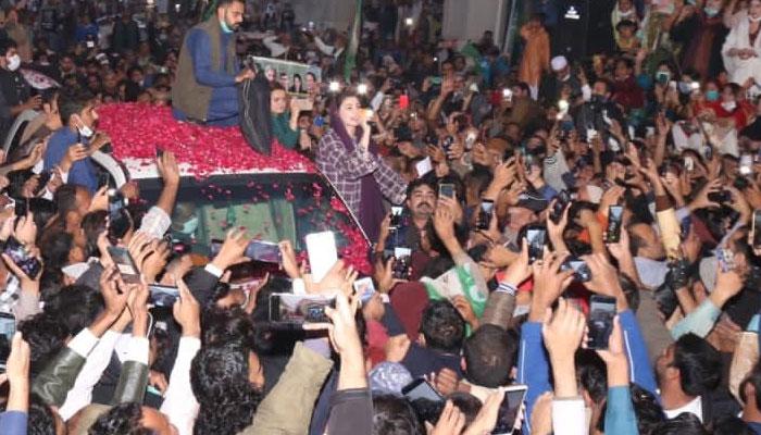 شاہدرہ میں مریم نواز کی جانب کسی نے چھڑی پھینک دی