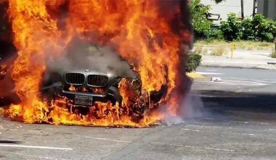 راولپنڈی: چلتی گاڑی میں آگ لگ گئی، مسافر کود گئے