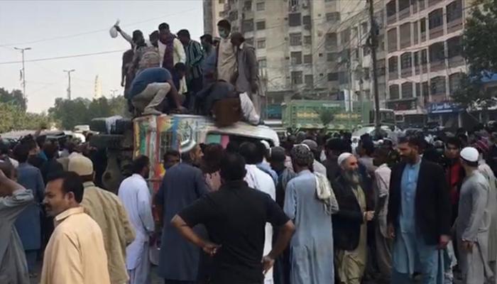 یونیورسٹی روڈ پر تیز رفتار بس اُلٹ گئی، متعدد افراد زخمی