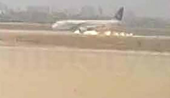 کراچی: طیارے کی پیٹ کے بل لینڈنگ کی ویڈیو سامنے آگئی