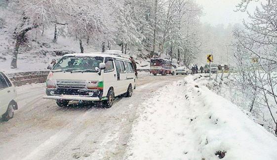 مری میں برف باری کا سلسلہ جاری، سیاحوں کی بڑی تعداد میں آمد