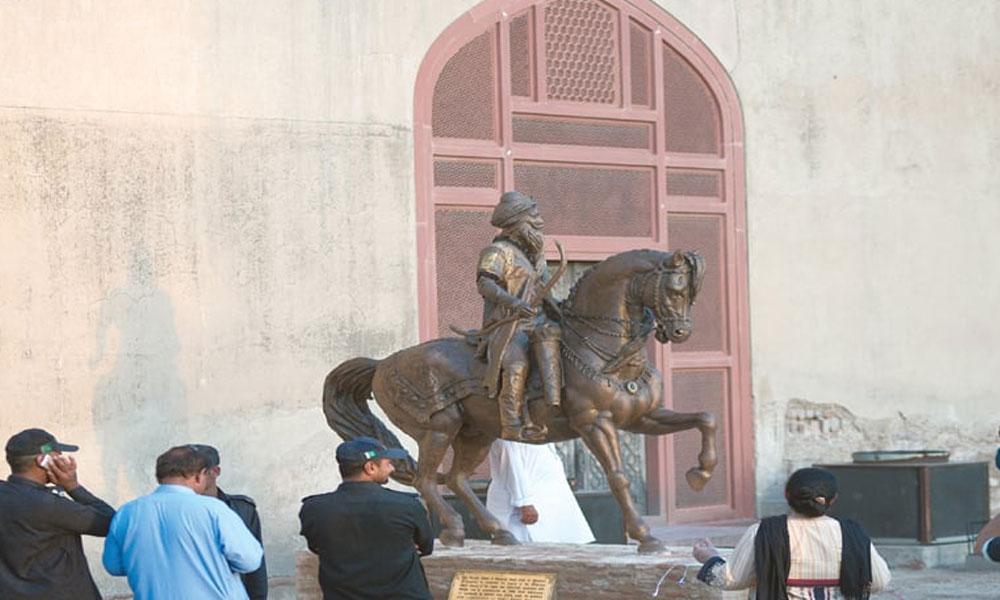 رنجیت سنگھ شاہی قلعہ میں کیوں، نوجوان نے مجسمے کا بازو توڑ دیا