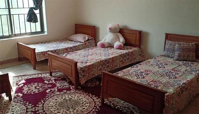 اسلام آباد میں دو لڑکیاں  ہوٹل کے کمرے سے نیچے جاگریں