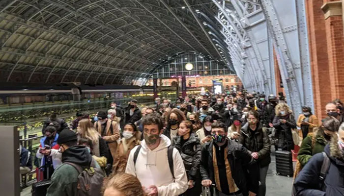 لندن : ریلوے اسٹیشنوں پرہجوم ، سڑکوں پر ٹریفک جام ہوگیا