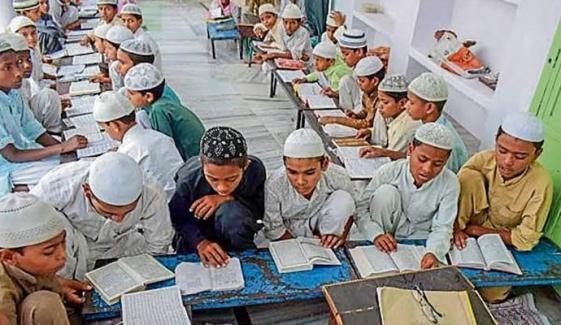 کورونا کے باعث مدارس کی عدم بندش، وزیراعظم نے نوٹس لے لیا