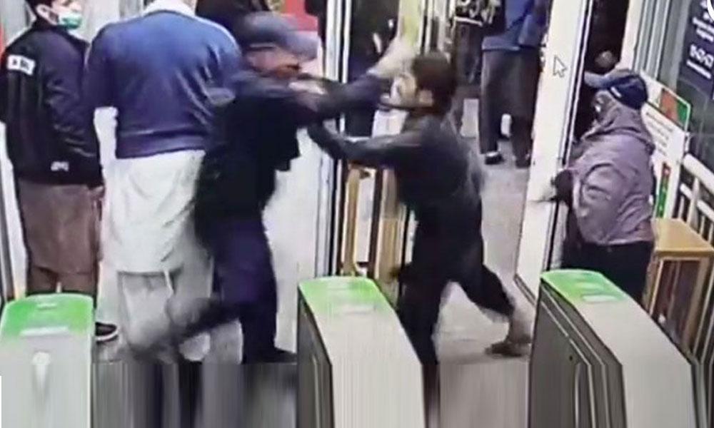 BRT گارڈز کے طالب علم پر تشدد کے معاملے پر انکوائری کے احکامات