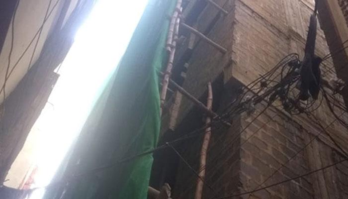 لیاری میں غیرقانونی عمارت گرانے پر علاقہ مکین کی مزاحمت