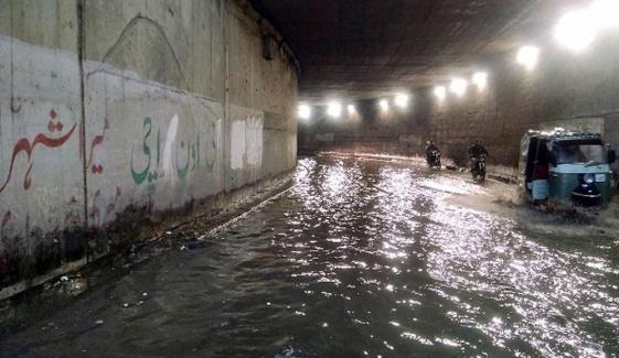 پانی کی لائن پھٹنے سے گولیمار انڈر پاس میں پانی بھرگیا
