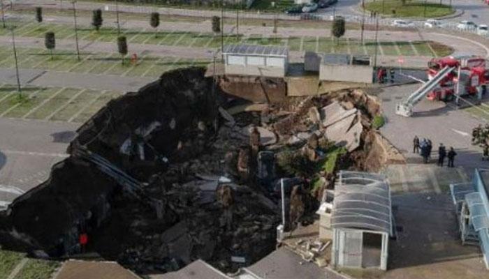 اٹلی :اسپتال کے باہر زمین دھنس گئی