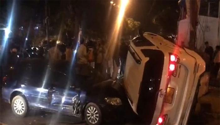 کراچی: ڈیفنس میں 5 گاڑیاں ٹکرا گئیں، موٹر سائیکل سوار زخمی