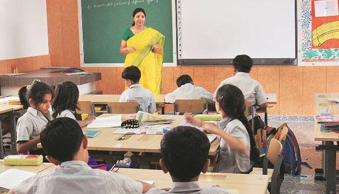 بھارت، تنخواہ کی عدم ادائیگی پر ٹیچرز کا ویکسین مہم میں حصہ لینے سے انکار