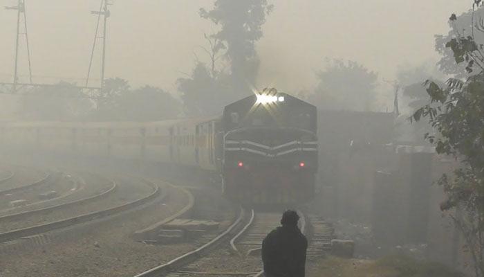 کراچی آنیوالی ٹرینیں دھند کے باعث 3 سے 9 گھنٹے تاخیر کا شکار