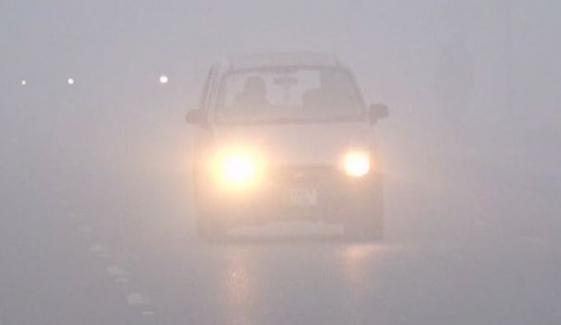 لاہور اور گرد و نواح میں دھند کا راج، موٹروے بند اور پرواز کا شیڈول بھی متاثر