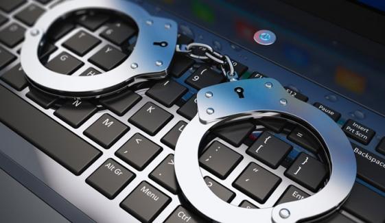 لاہور: ایف آئی اے کی کارروائی، پرائمری پاس فراڈیوں کا گروہ گرفتار