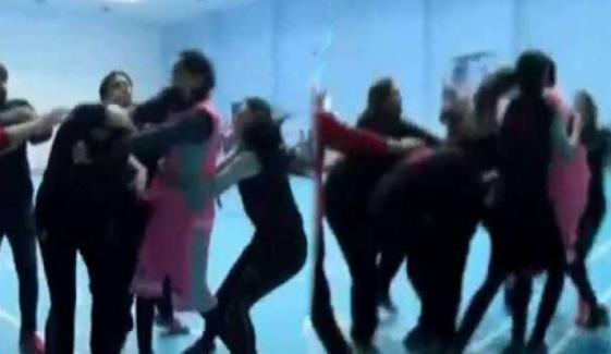 فیصل آباد: باسکٹ بال لیگ میں خواتین کھلاڑی گتھم گتھا