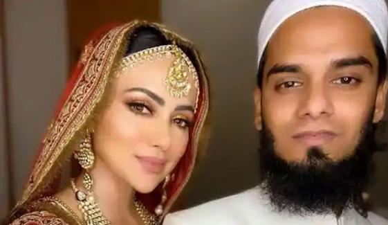 ثنا خان نے شادی کے دو ماہ مکمل ہونے پر مفتی انس کو کیا تحفہ دیا؟