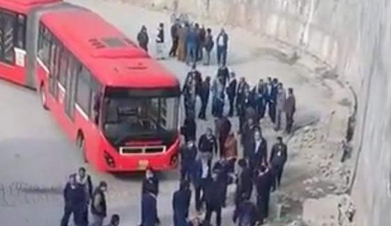 اسلام آباد: میٹرو بس ڈرائیوروں کا تنخواہوں کی عدم ادائیگی پر احتجاج