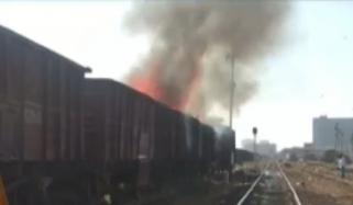 کراچی: سٹی اسٹیشن پر مال گاڑی کے ڈبوں میں آتشزدگی