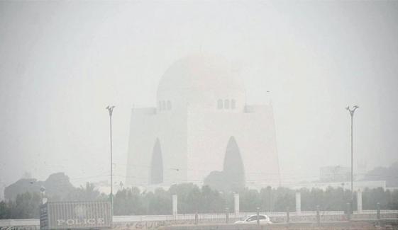 کراچی کی فضا آج شدید گرد آلود و مضرِ صحت