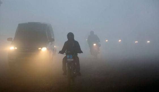 ملک کے مختلف علاقوں میں شدید دھند، کئی مقامات پر موٹروے بند