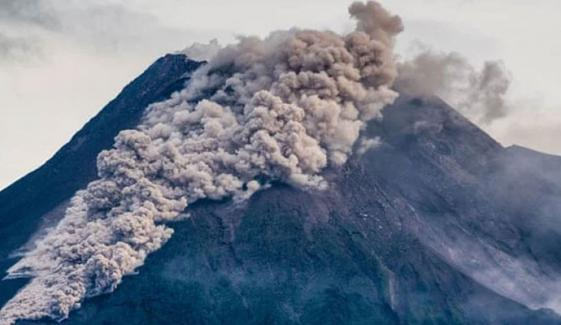 انڈونیشیا: آتش فشاں پھٹنے سے لاوے کا دریا بہہ نکلا