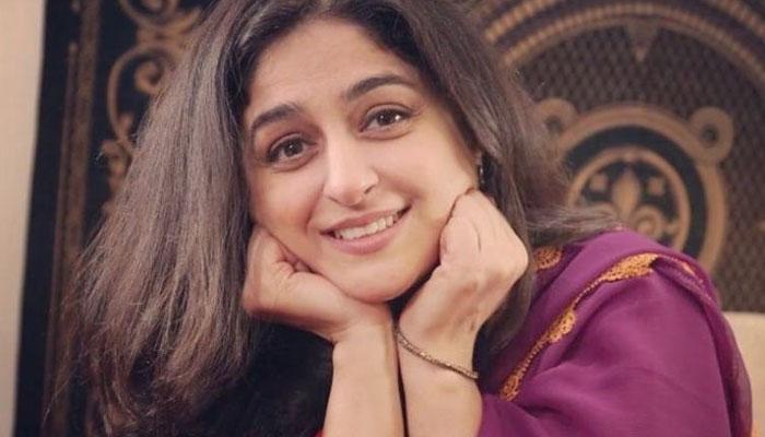 نادیہ جمیل کی 30 سال پُرانی ویڈیو وائرل
