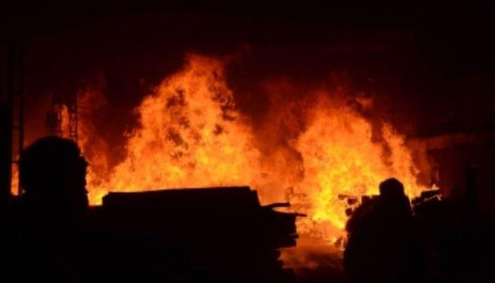 کراچی: بلدیہ میں دھاگہ بنانے کی فیکٹری میں لگی آگ بے قابو