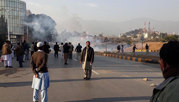 اسلام آباد : آنسو گیس کی شدت کے باعث پولیس اور رینجرز پیچھے چلی گئی