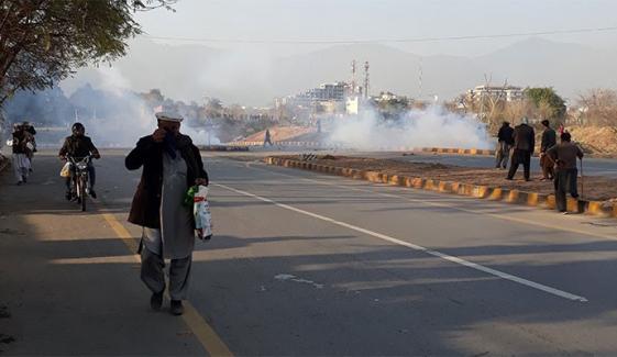 اسلام آباد میں سرکاری ملازمین کے احتجاج پر پولیس کی شیلنگ