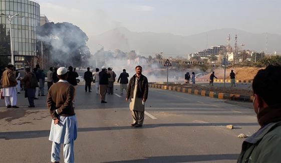 اسلام آباد: آنسو گیس کی شدت کے باعث پولیس اور رینجرز پیچھے چلی گئی