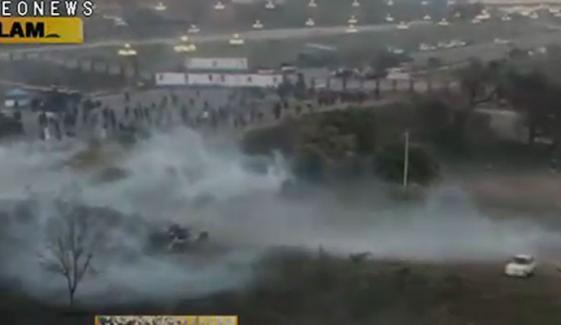 اسلام آباد: مظاہرین نے ڈی چوک میں لگائے گئے کنٹینر عبور کرنا شروع کردیے