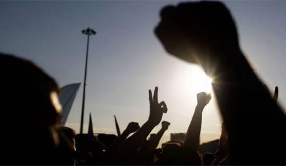 پشاور: دوران سروس جاں بحق پولیس اہلکاروں کے بچوں کا  ملازمت نہ  ملنے پر احتجاج