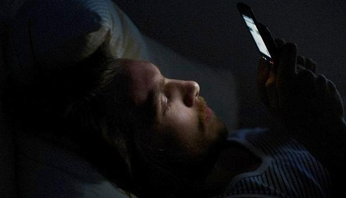 رات گئے تک موبائل کے استعمال سے بانجھ پن کا خطرہ، تحقیق