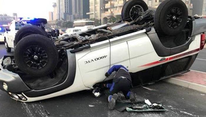 دبئی: پے درپے ٹریفک حادثات، پولیس حکام کا ڈرائیورز کو آنھکیں روڈ پر رکھنے پر زور
