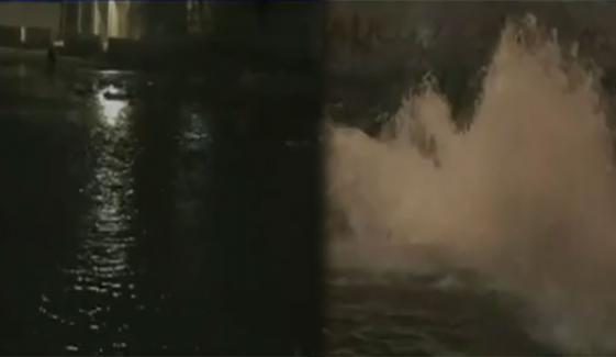 کراچی: پاپوش میں لائن پھٹ گئی، ہزاروں گیلن پانی ضائع