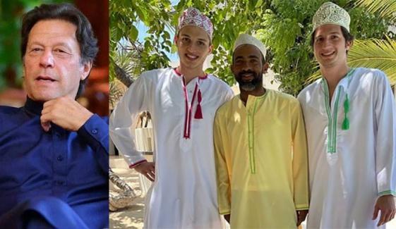 عمران خان نے نمازِ جمعہ کے بعد کی بیٹوں کی تصویر شیئر کر دی