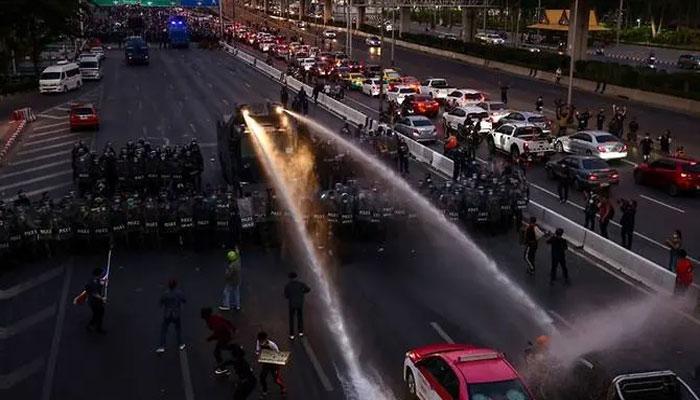 تھائی لینڈ: حکومت کے خلاف ہزاروں لوگ سڑکوں پر نکل آئے، پولیس نے منتشر کیا