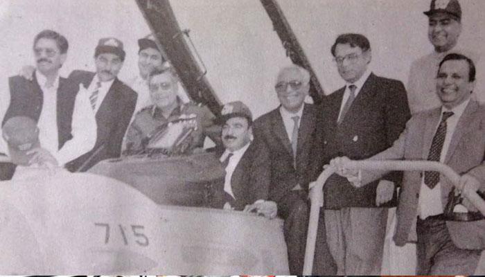 شیخ رشید نے 90 کی دہائی کی یادگار شیئر کردی