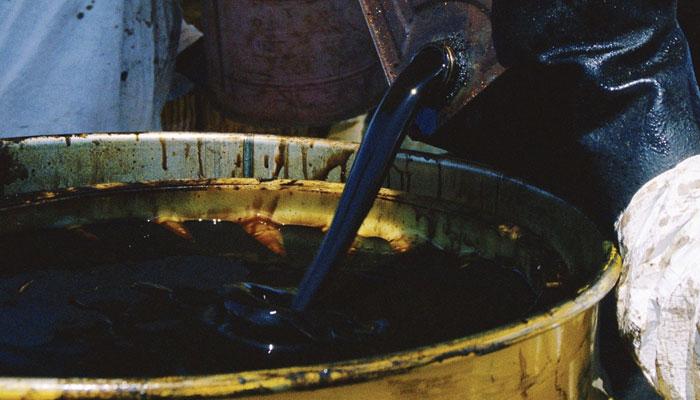 کالا تیل: دال میں بہت کچھ کالا ہے