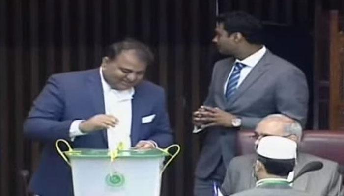پی ٹی آئی اسلام آباد، کے پی اور سندھ میں جیت جائے گی: فواد چوہدری