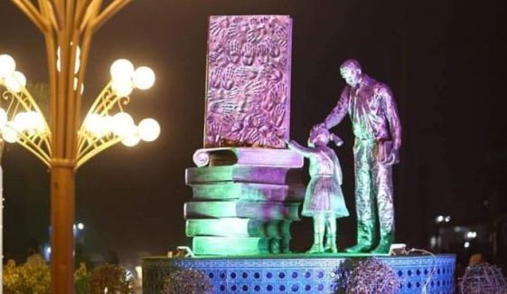 ڈسکہ میں نصب باپ بیٹی کا مجسمہ نامعلوم افراد نے توڑ دیا