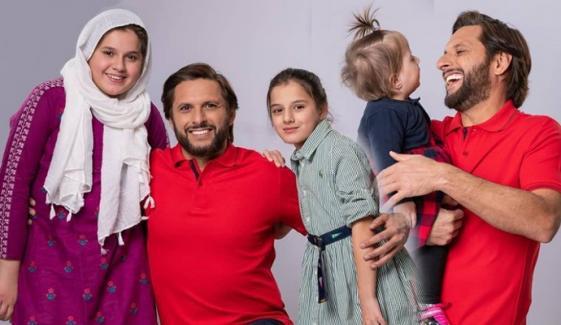 شاہد آفریدی کا بیٹیوں کے ہمراہ خوبصورت فوٹو شوٹ وائرل