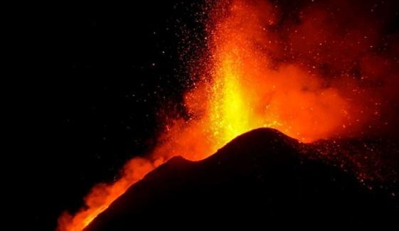 اٹلی میں آتش فشاں ایک بار پھر پھٹ پڑا