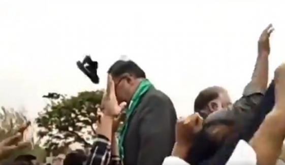 پی ٹی آئی کارکنوں نے احسن اقبال کے سر پر جوتا دے مارا